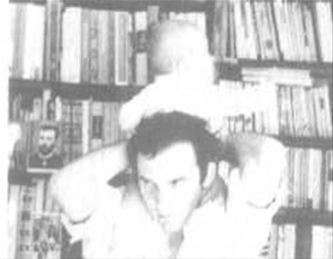 В домашній бібліотеці з сином Тарасом. 1971 р.